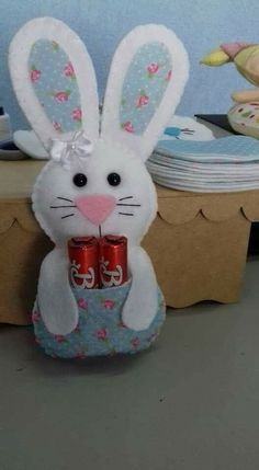 Lembrancinhas de Páscoa: Ideias com Moldes para Imprimir Bunny Crafts, Easter Crafts For Kids, Felt Crafts, Spring Crafts, Holiday Crafts, Easter Gift Bags, Easter Projects, Felt Christmas Ornaments, Hoppy Easter