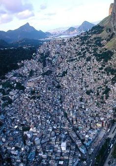 Complexo do Alemão  Brasil  Roubaram até as favelas!