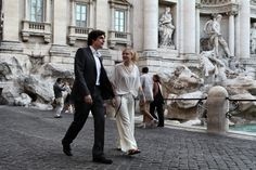 Michelangelo (Flavio Parenti) and Hayley (Alison Pill) in an all romantic stroll in front of the Trevi Fountain.