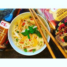 #poland #polish #home #delicious #dinner #vscocam #vscopoland #ig_europe @taotao_harmoniasmakow #taotao #zawszesmacznie #soup #orientalny #rosół #z #chilli #olej #sezamowy #makaron #chow #mein #mięta #palce #lizać