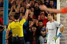 Claudio Bravo recibe una tarjeta roja por el árbitro Milorad Mázico