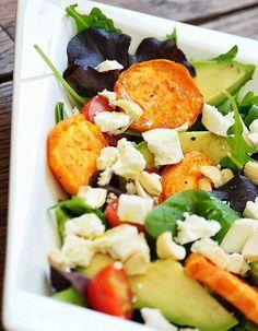 Salade d'hiver originale à la patate douce - Patate douce - Avocat - Jeunes pousses - Feta - Noix de cajou