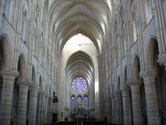Catedral de Laon. Su construcción fue iniciada a mediados del siglo XII en incipiente estilo Gótico, siendo, cronológicamente, una de las primeras catedrales góticas. Se la considera una de las primeras obras maestras del Gótico francés y un ejemplo de la transición a este estilo desde el Románico, siendo construida antes de la catedral de París y después de Saint Denis y Noyon.