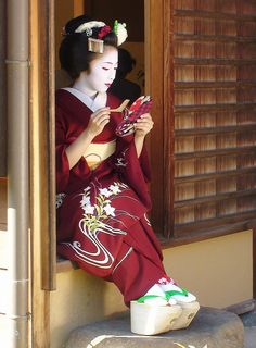 Kimika as maiko - posing with mirror and a comb by Roselyn Calle Mirio on Flickr Almost every photo of Kimika is legendary!