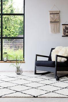Geef je woonkamer stijl met een Scandinavisch vloerkleed. Zwart wit vloerkleden zijn de trend van nu!  Most Beautiful Pictures, Cool Pictures, Living Styles, Living Room Carpet, Walk In Closet, Interior Inspiration, Decor Styles, New Homes, Lounge