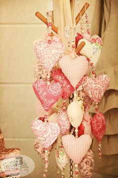 Multiple hanging hearts ~ so pretty! A great little Valentine gift . and could be used on the Chirstmas tree too! Valentines Day Decorations, Valentine Day Crafts, Vintage Valentines, Holiday Crafts, Valentine Ideas, Valentine Tree, Printable Valentine, Homemade Valentines, Quilting Projects