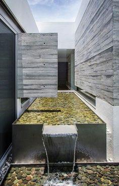 Fuente de agua ubicado en el centro posterior de la casa   ADI Arquitectura