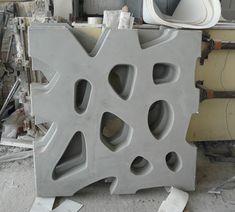 Celosía de hormigón terminada con acabado gris liso.