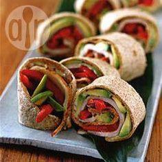 Avocado Putenbrust Wrap - Diese Wraps eignen sich zum Mitnehmen oder können als Appetithappen für eine Party aufgeschnitten werden.@ de.allrecipes.com