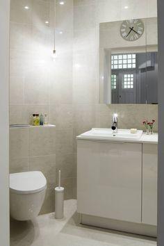 Keittiöstä lohkaistusta kylpyhuoneesta haluttiin mahdollisimman kompakti, jotta keittiöstä ja ruokailutilasta saatiin mahdollisimman avara.