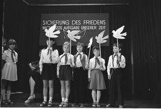 """Uwe Gerig hat Journalismus in Leipzig studiert und arbeitete von 1970 bis 1983 bei der NBI (Neue Berliner Illustrierte) als freiberuflicher Mitarbeiter. Er berichtete über die """"schöne DDR"""", v.a. über die südliche Bezirke. 1983 verließen Herr Gerig und seine Frau über Jugoslawien die DDR. Herr Gerig fotografierte von 1984 bis 1987 nahezu lückenlos die deutsch-deutsche Grenze im Auftrag des Ministeriums für innerdeutsche Beziehungen, um die offizielle Ausstellung zum 25. Jahrestag des…"""