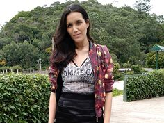 LOOK: MIX DE ESTAMPAS COOL - Beauty Things - por Mayara Barbosa Mix de estampas com camiseta de onça escura com strappy bra, saia lápis preta, jaqueta bomber floral e alpargata metálica