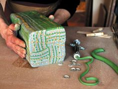 Elina Brandt-Hansen crea patrones intrincados baño porcelana de color, una continuacion, APLICA CAPAS Delgadas Sobre sos Esculturas en gres.