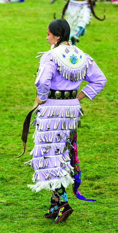 Pow Wow images from Two Row Times, Wonderful Pow Wow images from Two Row Times, Native American Clothing, Native American Regalia, Native American Beauty, Indian Pow Wow, Native Indian, Jingle Dress Dancer, Wow Image, Powwow Regalia, Dance Fashion