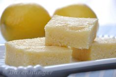 60gr Butter 2 Eier 2 Zitronen, Saft und Abrieb 150gr Zucker 250gr Grieß 250ml Joghurt Prise Salz, Backpulver Butter und 50gr Zu...