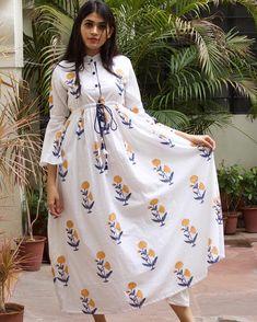 Long dress for young ladei Kurta Designs Women, Blouse Designs, Muslim Fashion, Indian Fashion, Casual Dresses, Fashion Dresses, Fashion Flats, Fashion Styles, Kurti Sleeves Design
