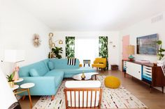 Our Mid-Century Inspired Palm Springs Living Room Tour – Melodrama Retro Living Rooms, Living Vintage, Home Living Room, Living Room Designs, Living Room Decor, Palm Springs, Decoracion Vintage Chic, Small Space Interior Design, Mid Century Living Room
