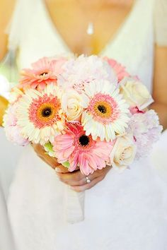 16 Stunning Summer Wedding Flowers---blush, pink and white Gerbera daisies and hydrangeas wedding bouquets, diy bridal bouquets for organic garden weddings, wedding theme enchanted, rustic country weddings Daisy Bouquet Wedding, Gerbera Daisy Bouquet, Flowers Roses Bouquet, Gerbera Wedding, Yellow Wedding Flowers, Bride Bouquets, Rose Bouquet, Gerbera Daisies, Pink Gerbera