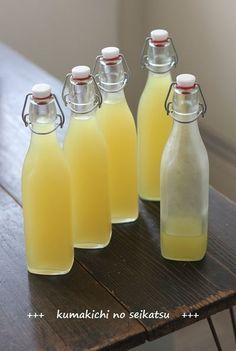 イタリア・カプリ島が起源のリキュール「リモンチェッロ」。レモンの皮をたっぷりと使った爽やかなレモンのリキュールで、本場イタリアではキリッとつめたく冷やして、ドルチェとともにいただくのだそう。このほかにも楽しみ方は幅広く、さまざまなカクテルにしたり、スイーツや料理に使ったり…。無農薬の美味しいレモンが手に入ったらぜひ作っ