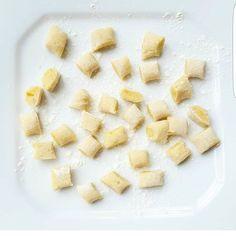 Sugestão para o almoço do fim de semana: nhoque de batata doce com molho de tomate caseiro. Pra família toda e super delicioso! Anota aí:  Para o Nhoque cozinhei 4 batatas doces pequenas, amassei, misturei 1 ovo (tiro a pele da gema pra não ficar gosto) e aproximadamente 1/2 xícara de farinha de trigo para dar ponto. Quanto menos farinha melhor. Ajustei o sal e geralmente coloco também sementes de linhaça a gosto. Para cozinhar é só ferver a água, colocar os Nhoque e esperar que subam até a…