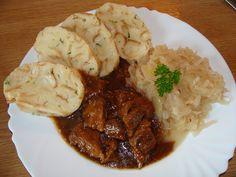 Maso nakrájíme na větší kousky, osolíme, potřeme česnekem, vložíme do mísy a zalijeme pivem. Necháme v chladničce odležet alespoň 1 hodinu. … Grains, Pork, Rice, Meat, Chicken, Recipes, Kale Stir Fry, Ripped Recipes, Korn