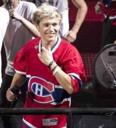 AHHHHH niall is whereing a canadian jersey !!!!! I AM A CANADIAN  GIRL NIALL !!!!