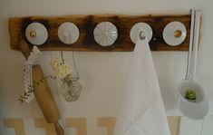 Vintage-Hakenleiste aus Holzbrett mit Zuckerdosendeckel bzw. Kaffeekannendeckel