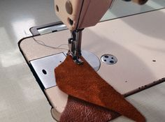 If you need to sew genuine leather or faux leather here you find a few helpful tips for sewing these materials on sewing machine. Sewing Leather, Leather Craft, Leather Skin, Leather Bag, Sewing Hacks, Sewing Tutorials, Purse Patterns, Sewing Patterns, Leather Tutorial