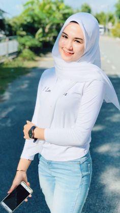 Modern Hijab Fashion, Muslim Women Fashion, Womens Fashion, Hijabi Girl, Girl Hijab, Hijab Jeans, Arab Girls Hijab, Muslim Beauty, Hijab Fashionista