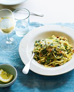 Linguine with saffron, roasted garlic, herb butter and hazelnuts - delicious. Linguine Recipes, Creamy Pasta Recipes, Gnocchi Recipes, Recipe Pasta, Ramen, Vegetarian Pasta Dishes, Vegetarian Meals, Hazelnut Recipes, How To Roast Hazelnuts