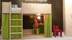"""""""Nook"""" significa rincón, recoveco, escondite.    Es la #litera cabaña que se presenta en un acabado de #madera, formada por tablas y simula el claveteado con el que se construían las cabañas. En la parte inferior zona de juegos y en la superior de descanso.   Diseño de Carlos Tíscar para Plural&Singular"""