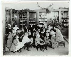 Bibliotecaria contando una historia en una biblioteca de Nueva York (1910)