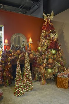 Christmas tree decoration ideas. Ok I know a angle on top of the tree is oLd ScHooL but u gotta say this is pretty!