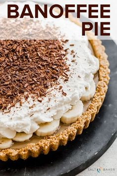 This Banoffee Pie recipe consists of a graham cracker crust, smooth toffee, sliced bananas, and freshly whipped cream. Add a garnish of chocolate curls or chocolate shavings and you have an irresistible dessert! Köstliche Desserts, Chocolate Desserts, Delicious Desserts, Dessert Recipes, Healthy Chocolate, Banoffee Cake, Best Banoffee Pie Recipe, Easy Pie Recipes, Desserts