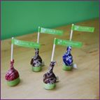 A unique DIY wedding place cards project for making easy lollipop flag seating cards that dopuble as your wedding favors. Perfect for a fun and whimsical wedding. Do It Yourself Wedding, Make It Yourself, Diy Wedding, Wedding Reception, Wedding Ideas, Fall Wedding Centerpieces, Kid Table, Wedding Place Cards, Bar Mitzvah
