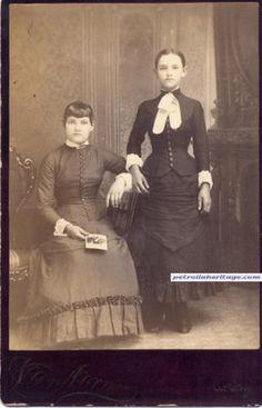 Era victoriana: Fotografía post mortem. La que está de pie es la que falleció.