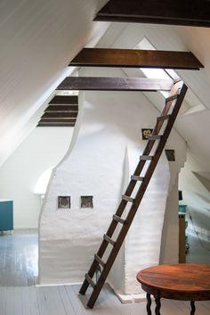 takstolar och murstock i rummet skapar charm åt rummet