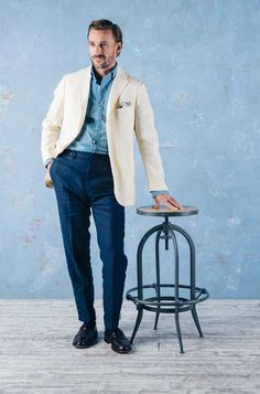 Love this great spring look with cream linen jacket and blues