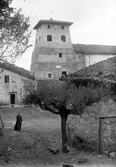 """ALCANCE Y CONTENIDO: Torre de la iglesia de San Miguel (Aginaga)NOTAS: En el positivo, en el reverso, manuscrito, de mano del autor """"Aguinaga (Eibar). La segunda torre de la Iglesia de Aguinaga (Eibar). 1940"""", y con sello estampado """"OJANGUREN. EIBAR""""VOLUMEN Y SOPORTE: 1 fotografía en blanco y negro, negativo en placa de vidrio, positivo en papel"""