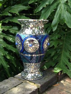 Mirror mosaic vase by Lisa B. Would be good to use CD's in place of mirrors. Mosaic Bottles, Mosaic Vase, Mosaic Flower Pots, Mirror Mosaic, Mosaic Diy, Mosaic Garden, Mosaic Crafts, Mosaic Projects, Mosaic Designs