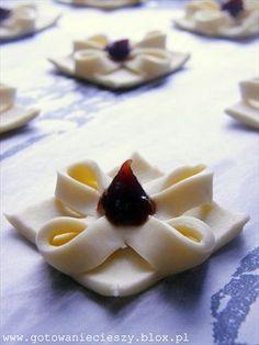 Przepis na te niezmiernie urokliwe ciasteczka znalazłam na blogu Szarlotka . Nie tylko robi się je expresowo, pięknie wyglądają, ale i samo nadawanie im