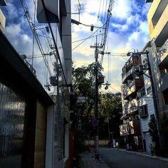 【ttkwknt】さんのInstagramをピンしています。 《街に写る空 #空#自然#景色#街#散歩 #雲#綺麗#美しい#神秘的 #森#神社#木#電柱#ビル #ガラス#窓#art#photo #青空#影#japan#カメラ》