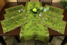 Elegant & bright citrus green #placemats set with a beautiful hand painted floral design. Perfect to decorate your tables.