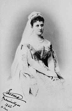 Duchess Helene of Mecklenburg-Strelitz aka Princess Albert of Saxe-Altenburg 1896 - version 2 of image. This is probably the dress she wore to the coronation of Tsar Nicholas II Royal Family Trees, Court Dresses, Tsar Nicholas Ii, Grand Duke, Queen Of England, Imperial Russia, Prince Albert, Royal Jewels, King Queen