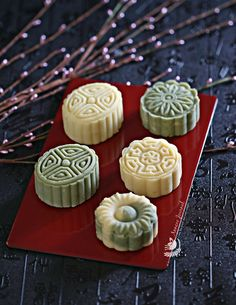 Mung bean cakes & mung bean mooncakes is a healthy, mildly sweet treat, either have it plain or with some filling inside andjust melt in your mouth. Delicious Cake Recipes, Yummy Cakes, Dessert Recipes, Desserts, Mooncake Recipe, Cooking Chinese Food, Bean Cakes, Mung Bean, Honey Cake
