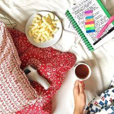 To moje dzisiejsze centrum dowodzenia. Łóżko. Czuję się o niebo lepiej niż wczoraj ale żołądek nie ma ochoty na nic poza chrupkami. To co go będę zmuszać  No i tak sobie leżę - czasem pośpię czasem coś poczytam czasem napiszę.  A co u Was? Jak Wam mija wtorek? #psc #paniswojegoczasu #wtorek #poranek #morning #polishblogger #blog #blogerka #dzieńdobry #dziendobry #goodmorning #goodmorninginsta #goodmorningworld #morni glikethis #herbata #tea #morningtea #blogowanie #freelancelife