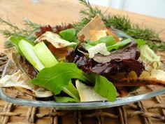 Salada de Folhas Verdes com Maçã e Crisps de Pão Sírio