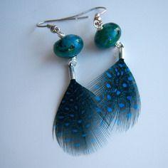 Boucles d'oreille avec une plume de pintade bleue et perle de chrysocolle