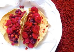 Red Velvet Tacos con gambas sin gluten INGREDIENTES  2 tazas de gambas peladas(yo las compro congeladas) 1 taza de guisantes congelados o en lata 1 cda de maíz natural sin azúcar añadido(lo compro congelado) 3 tazas de col roja troceada 1 diente de ajo 1 cda de aceite de oliva virgen 2 fajitas de maiz 100% naturales. Chili picante (salsa sriracha) 1 minipellizco de colorante alimentario rojo