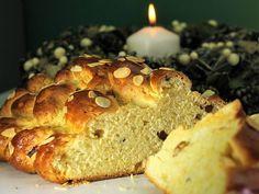 Maslová vianočka s hrozienkami a mandľami. To je ale mňamka! No Bake Cake, Bread, Meals, Baking, Food, Cakes, Basket, Raffaello, Meal